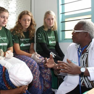 A doctor explains how to take healthcare measures on our medical internship for high school students in Tanzania